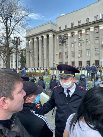 Неделю назад полиция уже полностью перекрывала въезды во Владикавказ, но через несколько часов после этого ее представитель заявил, что это обычная проверка соблюдения режима самоизоляции