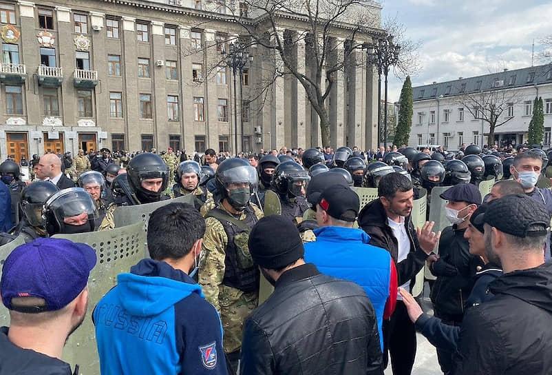 К трем часам у полиции и Росгвардии по периметру площади было достаточно сил для разгона митинга, но после ухода господина Битарова к собравшимся продолжали выходить чиновники и депутаты