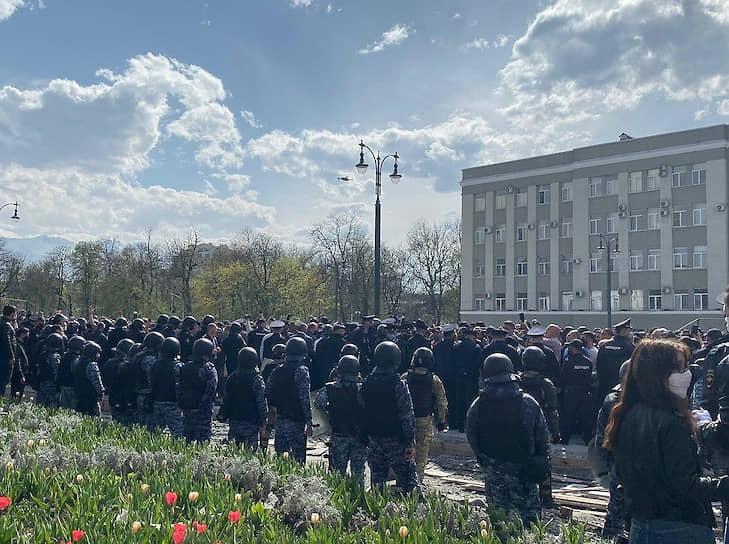 Ближе к вечеру была сформирована инициативная группа из числа участников митинга, которая отправилась на переговоры в здание администрации республики