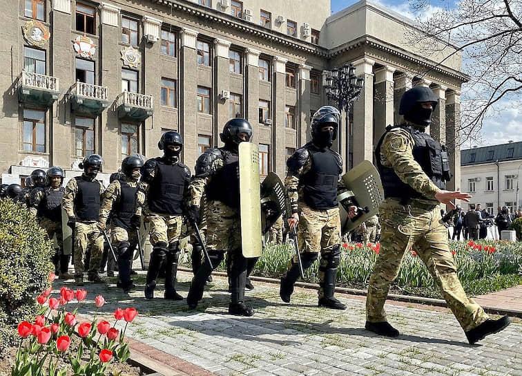 К 12 часам все главные улицы Владикавказа были перекрыты, но люди стали собираться по периметру проспекта Мира, на котором находится здание правительства. Полиция не предпринимала жестких действий