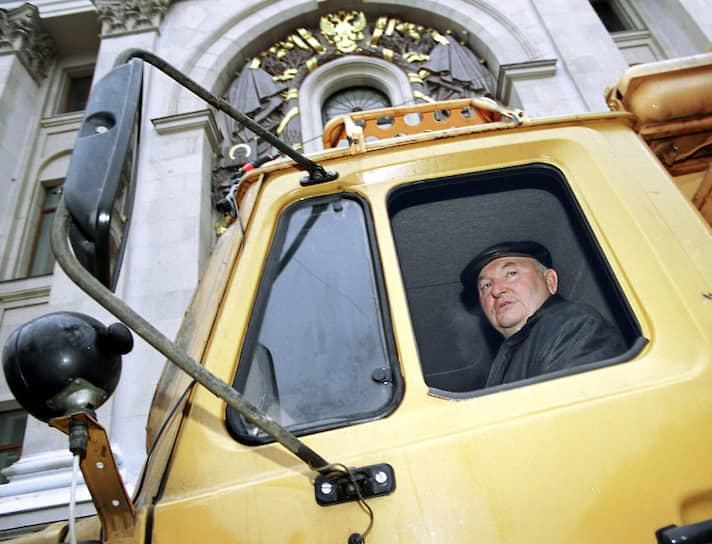 Бывший мэр Москвы <b>Юрий Лужков</b> был автором более 120 патентов на изобретения. Совместно с супругой Еленой Батуриной он запатентовал способы производства кваса, медового напитка, морса и сбитня, расстегая, кулебяки, пирога открытого, пирожка печеного полуоткрытого. Экс-мэр также патентовал интерьер автомобиля-такси, автомобиль повышенной проходимости и роторный двигатель внутреннего сгорания