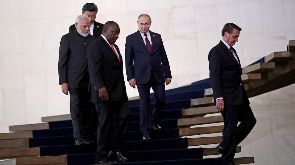Слева направо: председатель КНР Си Цзиньпин, премьер-министр Индии Нарендра Моди, президент ЮАР Сирил Рамафоса, президент России Владимир Путин и президент Бразилии Жаир Болсонару