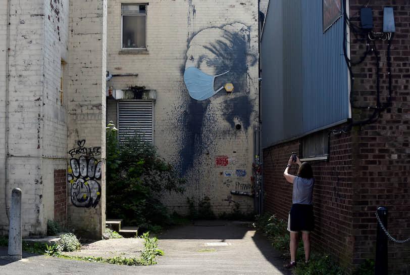 Бристоль, Великобритания. Граффити художника Бэнкси «Девушка с проколотой барабанной перепонкой»