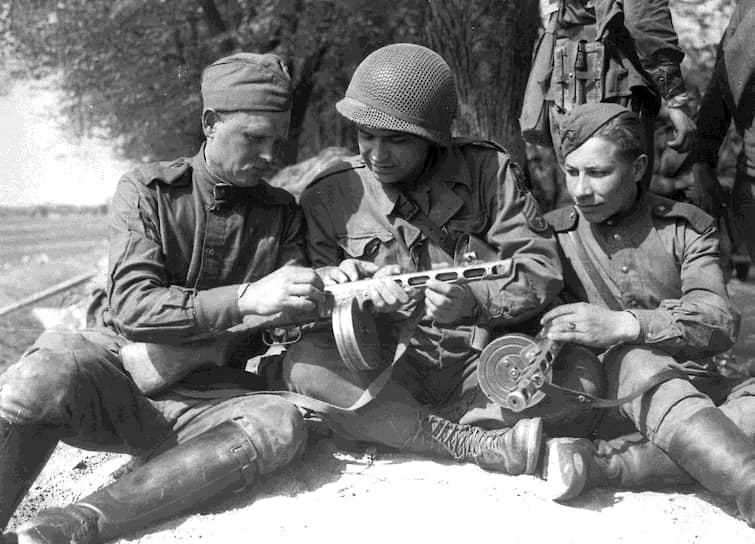 Американцев удивляло, что советский пистолет-пулемет Шпагина (ППШ-41) внешне очень похож на любимое оружие чикагских гангстеров – пистолет-пулемет Томпсона («Томми-ган»)
