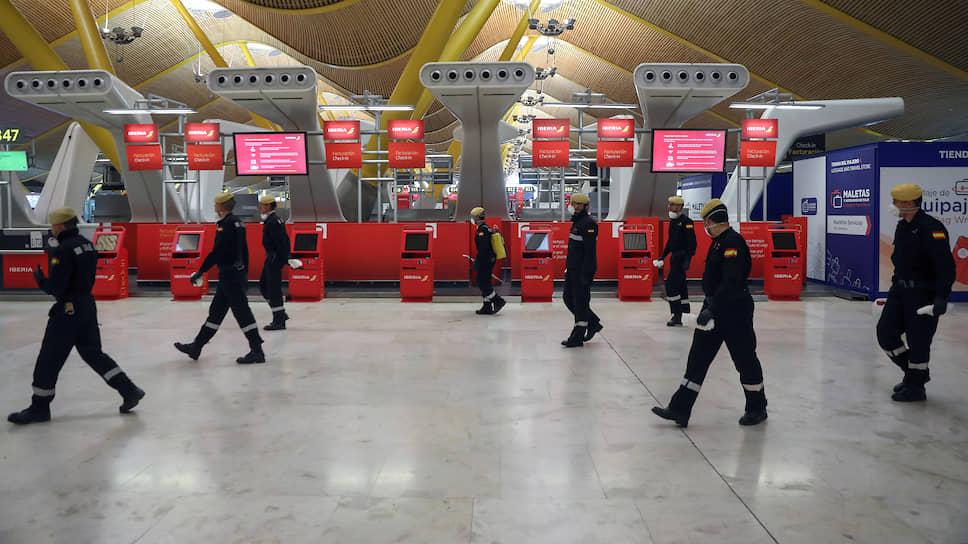 Аэропорт Мадрида во время дезинфекции