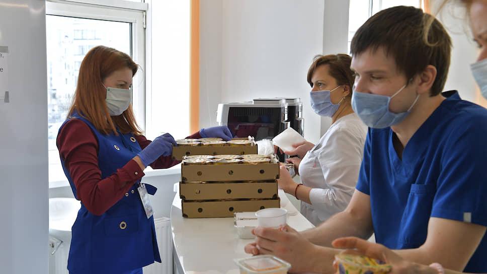 Как добровольцы помогают врачам, принимающим пациентов с COVID-19
