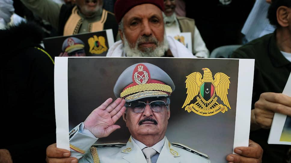 Поздравляя сограждан с Рамаданом, фельдмаршал Халифа Хафтар (на плакате) неожиданно заявил, что возглавляемая им Ливийская национальная армия в соответствии с волей народа берет на себя бремя по управлению страной