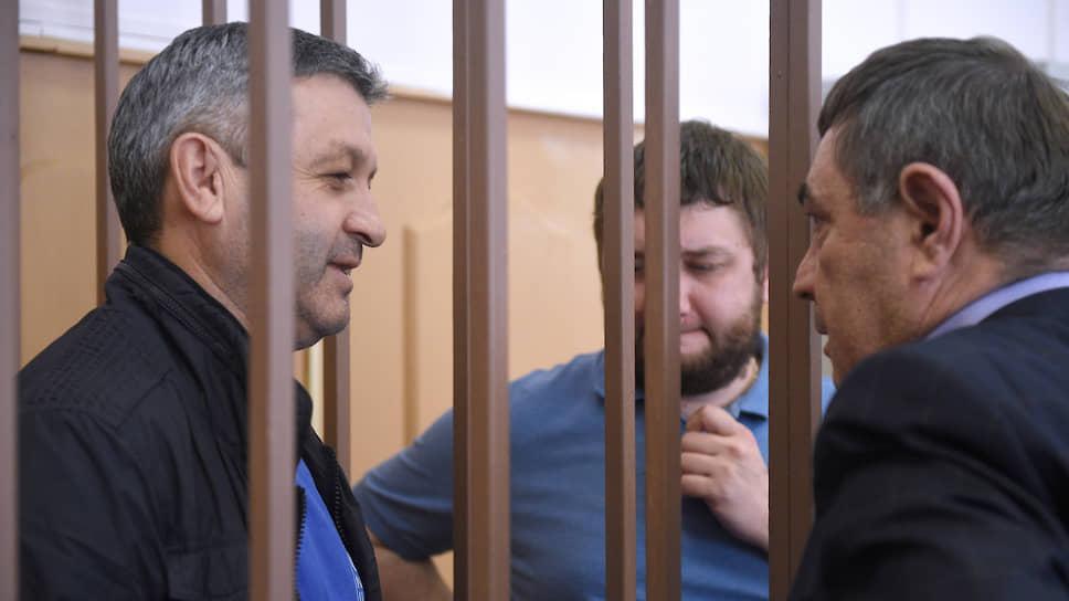 Бывший первый заместитель руководителя СУ СКР по КЧР Казбек Булатов (слева)