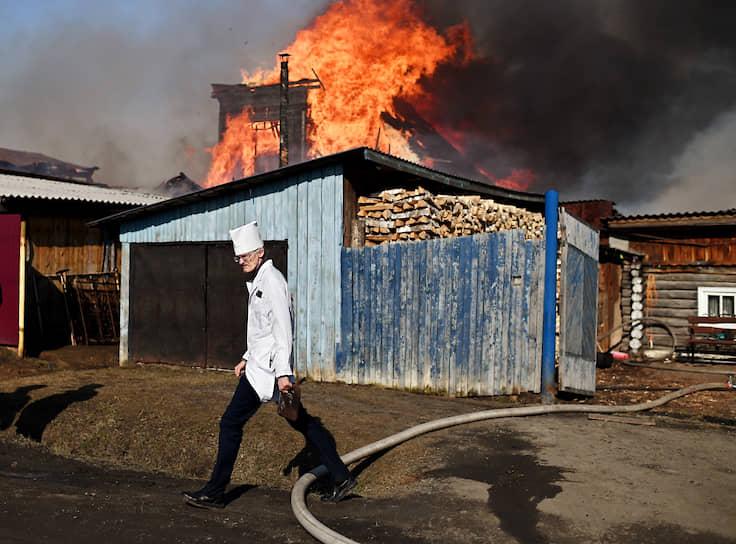 9 апреля. Тара, Омская область. Медработник на месте пожара жилого дома