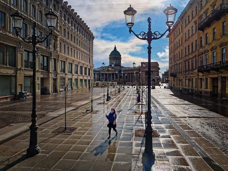 3 апреля. Санкт-Петербург, Россия. Девушка на пустой улице города