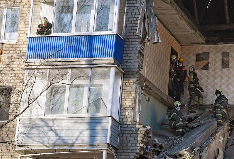 4 апреля. Орехово-Зуево, Московская область. Сотрудники МЧС на месте взрыва бытового газа в жилом доме