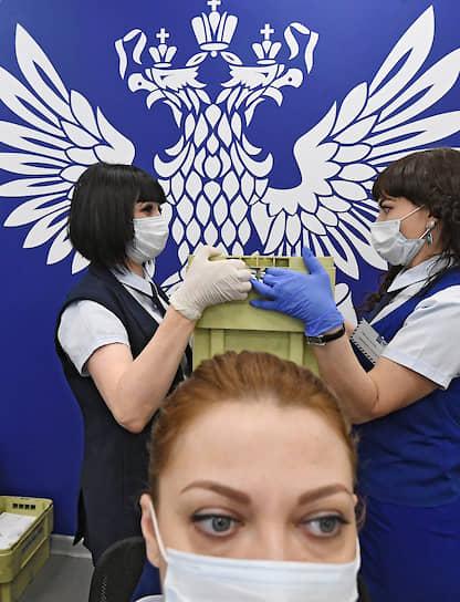 7 апреля. Москва. Сотрудники отделения «Почты России» в медицинских масках и перчатках во время работы