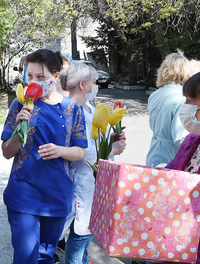 10 апреля. Ялта, Россия. Врачи и медсестры с букетами тюльпанов, которые им подарили сотрудники Никитского ботанического сада во время выставки «Парад тюльпанов»