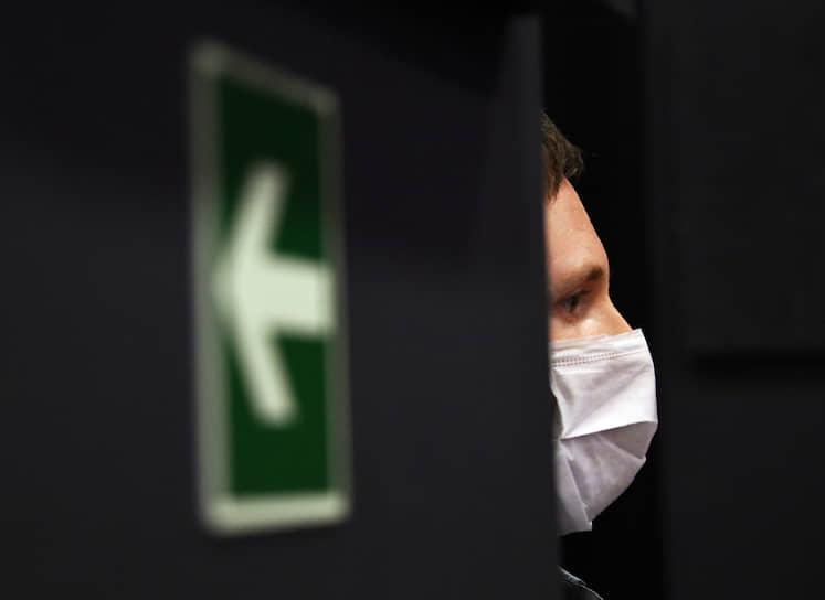13 апреля. Москва. Мужчина в медицинской маске