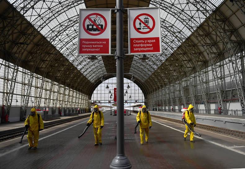 22 апреля. Москва. Сотрудники МЧС дезинфицируют перрон на Киевском вокзале
