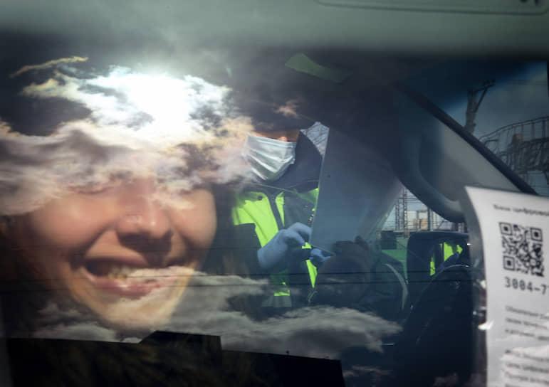 22 апреля. Москва. Сотрудник ДПС проверяет пропуск на передвижение по городу