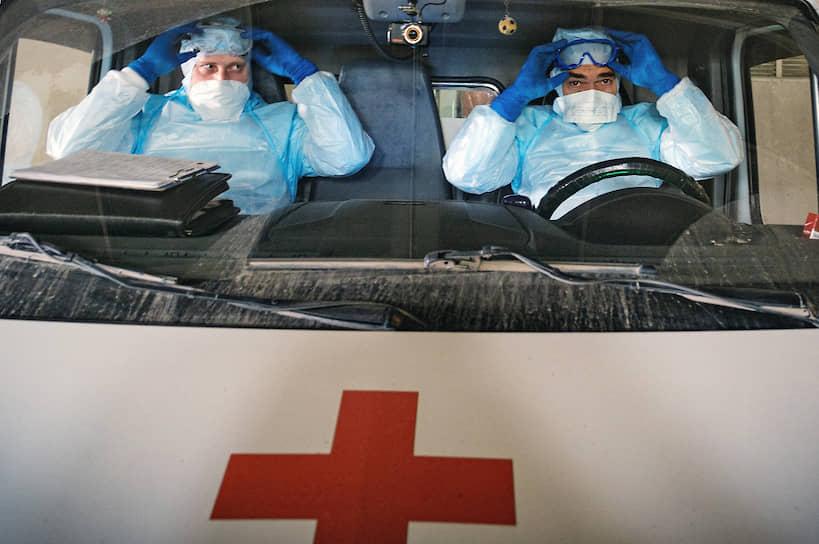 24 апреля. Новосибирск. Бригада скорой медицинской помощи готовится к выезду к пациенту с подтвержденным диагнозом COVID-19