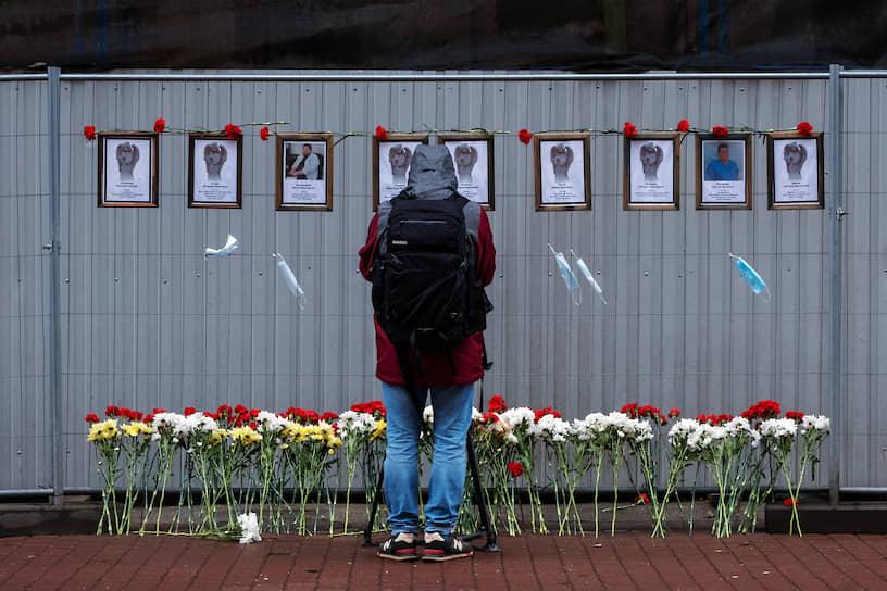 29 апреля. Санкт-Петербург. Стихийный мемориал «Стена памяти врачей», посвященный умершим во время пандемии коронавируса медработникам