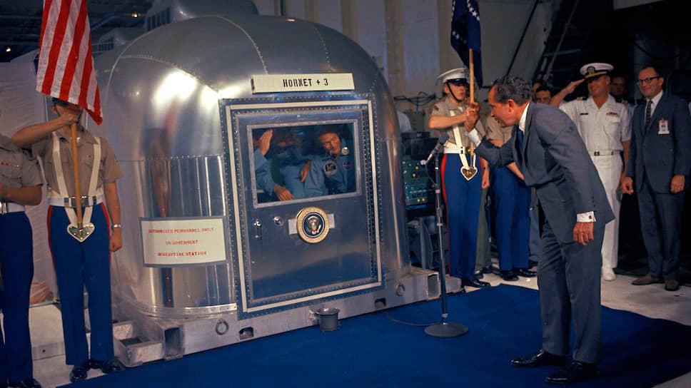 Президент США Никсон и астронавты миссии «Аполлон-11» в специальном карантинном модуле