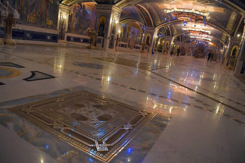Пол в храме в некоторых местах сделан прозрачным, а под ним — знамена подразделений вермахта