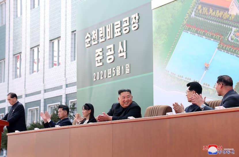 Перед этим Ким Чен Ын появлялся на публике 11 апреля. 15 апреля лидер КНДР впервые не присутствовал на торжествах, посвященных дню рождения его деда и основателя северокорейского государства Ким Ир Сена. Сами торжества прошли в сокращенном формате