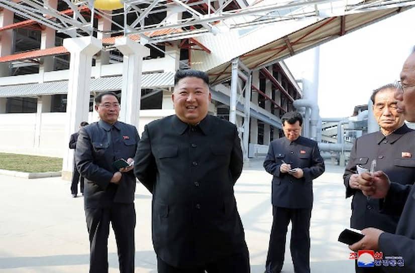 """«Под звуки приветственного марша товарищ Ким Чен Ын прибыл на церемонию. Все участники бурно кричали """"Ура!"""", приветствуя уважаемого высшего руководителя»,— сообщило Центральное телеграфное агентство Кореи"""