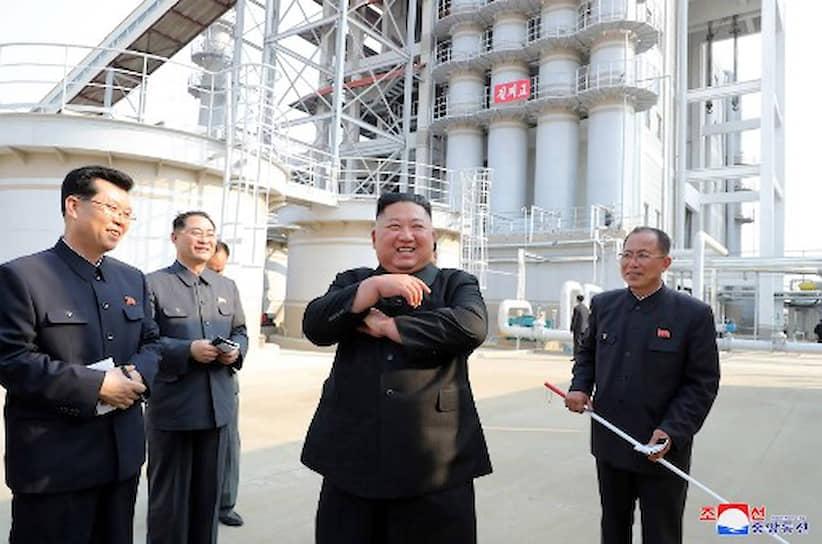На следующий день сразу несколько мировых СМИ со ссылкой на разные источники сообщили: лидер КНДР лидер КНДР умер, при смерти или находится в вегетативном состоянии. Появились предположения, что наиболее вероятным следующим вождем Северной Кореи станет сестра Ким Чен Ына — Ким Ё Чен