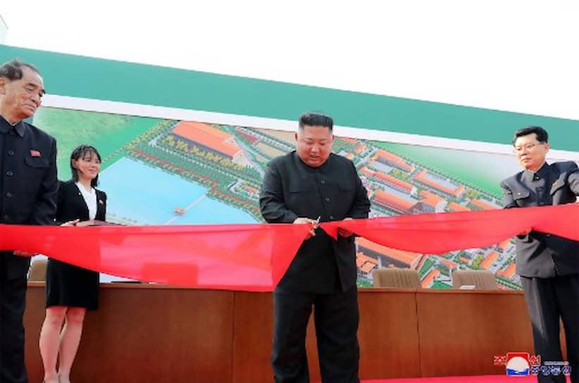 Лидер КНДР перерезал ленту и «помахал рукой ликующим строителям»