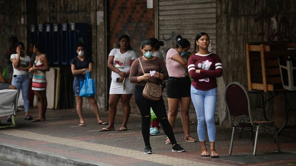В Панаме карантин разделили по половому признаку: в определенные дни на улицы могут выходить только женщины, а в другие дни только мужчины. По воскресеньям выходить нельзя никому