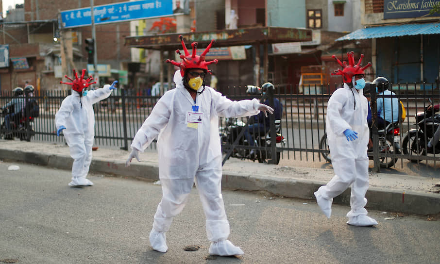 Индийская полиция перешла от физических мер принуждения граждан к самоизоляции к психологическим. Теперь по улицам ходят волонтеры, одетые в костюмы «коронавирусных зомби», и агитируют оставаться дома