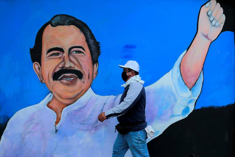 В Никарагуа президент Даниэль Ортега отказывается вводить карантин и считает себя неуязвимым для инфекции, потому что его «оберегает Господь». Он также организует массовые митинги, где люди борются с заразой «силой любви»
