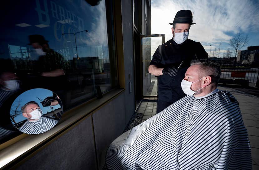 В Швеции отказались вводить жесткий карантин и надеются на сознательность населения. В стране по-прежнему открыты кафе и рестораны, парикмахерские, торговые центры. В то же время власти шведского города Лунд разбросали в центральном парке тонну куриного помета, чтобы отвадить гуляющих