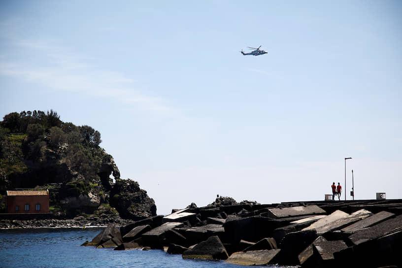 В Италии полиция использует вертолеты, чтобы разгонять людей на пляжах. Глава региона Кампания Винченцо де Лука уже потребовал введения военного положения в регионе, так как убеждать граждан по-хорошему не хватает сил