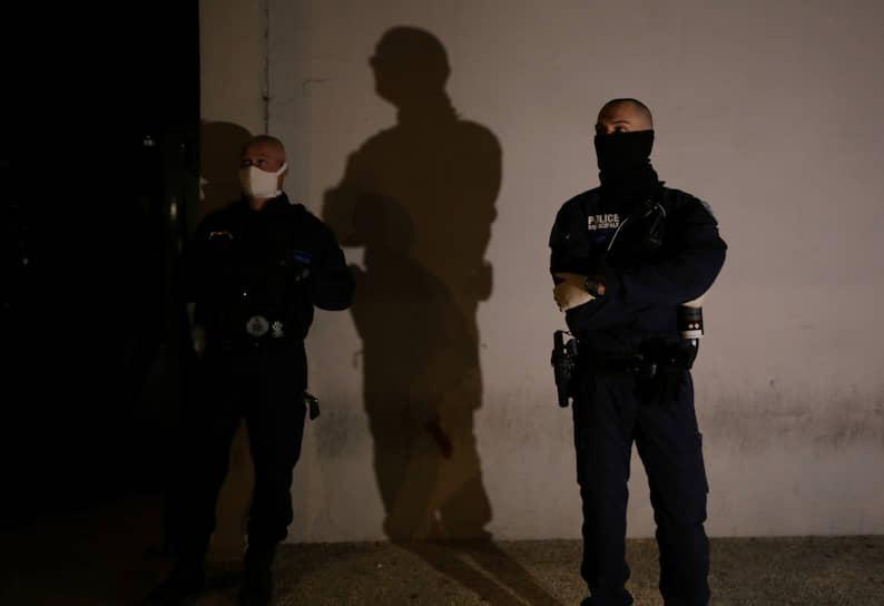 Во французской Ницце ввели комендантский час: после восьми часов вечера в городе приглушают освещение, показывая, что выход на улицу воспрещен