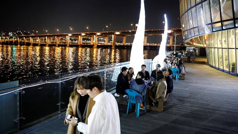 В Южной Корее в случае нового заражения в регионе жителям приходит оповещение на телефон, чтобы они могли отслеживать возможные контакты с зараженными