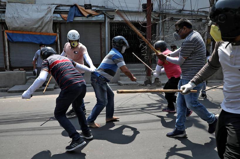 Ранее в сети появлялись кадры из Индии, где нарушителей карантина избивают палками