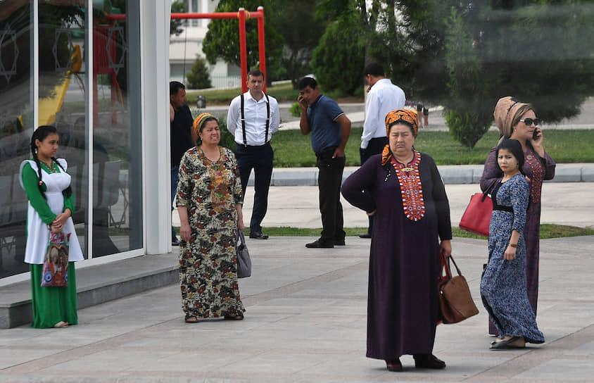 В Туркмении запретили употребление слов «коронавирус» и «COVID-19», а за ношение масок в общественных местах людей задерживает полиция