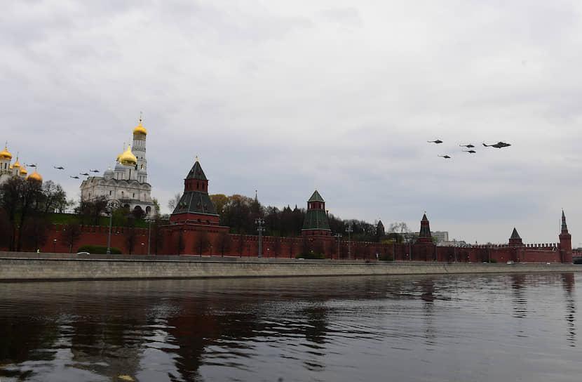 В репетиции авиапарада также приняли участие четыре истребителя пятого поколения Су-57 и четыре МиГ-31К, вооруженные гиперзвуковой ракетой «Кинжал»