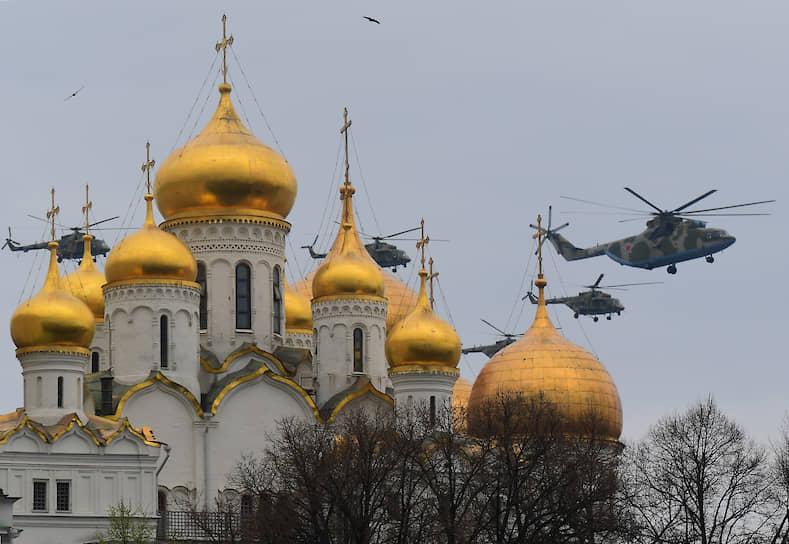 Открыли воздушную часть парада вертолеты Ми-26 в сопровождении четырех военно-транспортных Ми-8