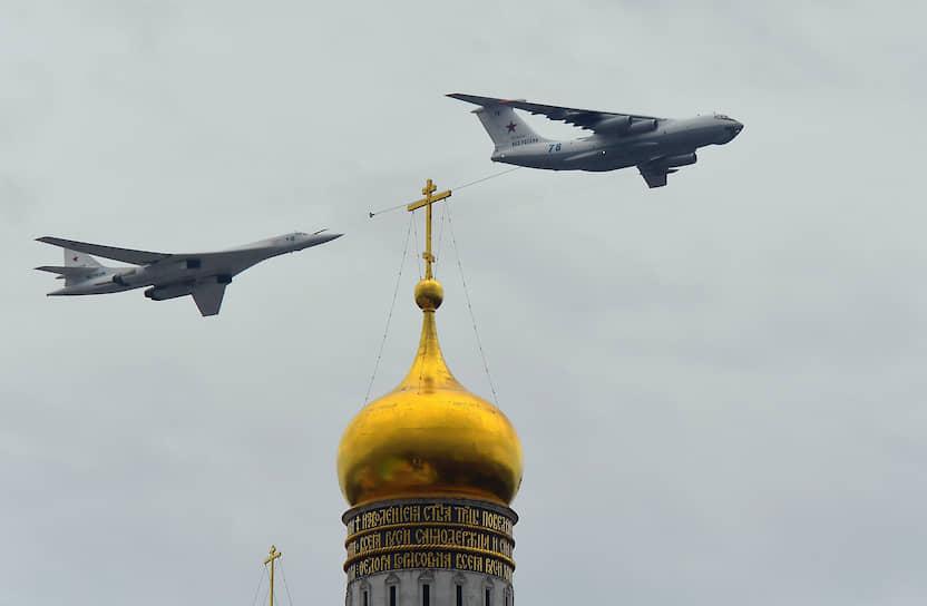 Более 70 боевых самолетов и вертолетов пролетели над столицей в ходе репетиции авиационного парада ко Дню Победы<br> На фото: самолет-заправщик Ил-78 (справа) и стратегический бомбардировщик-ракетоносец Ту-160