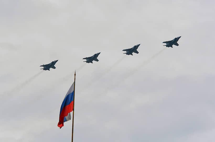 Самолеты оперативно-тактической авиации Су-34, Су-35 и Су-30СМ пролетели над центром столицы в построении «тактическое крыло»