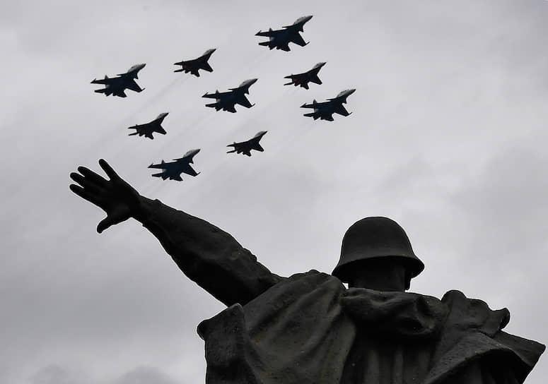 Истребители МиГ-29 и Су-30СМ в небе над Москвой