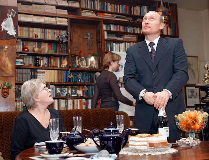 15 декабря 2004 года. Владимир Путин открывает бутылку с шампанским в гостях у актрисы Алисы Фрейндлих