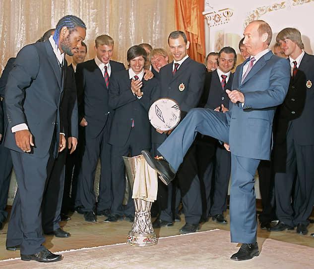 21 мая 2005 года. На встрече в Ново-Огарево с футболистами ЦСКА после их победы в Кубке УЕФА
