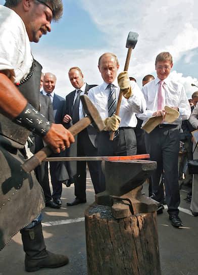 19 июля 2007 года. С премьер-министром Венгрии Ференцем Дьюрчанем (справа) во время церемонии открытия фестиваля финно-угорских народов