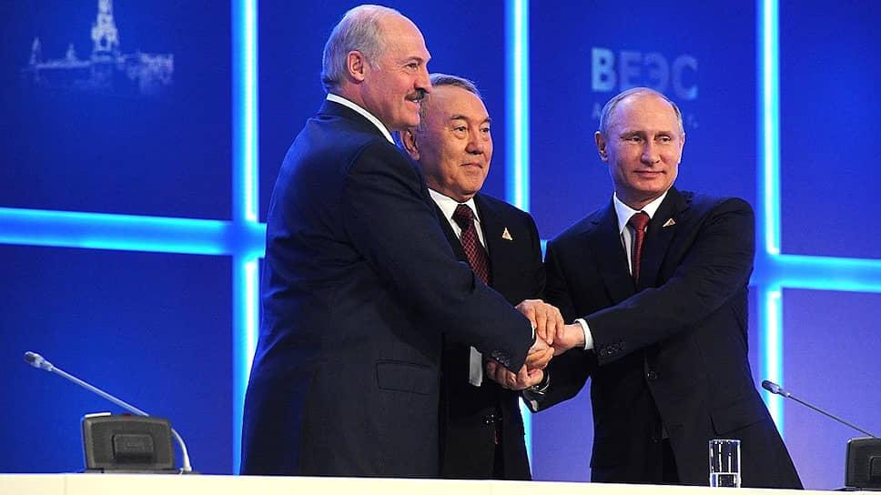Слева направо: президент Белоруссии Александр Лукашенко, президент Казахстана Нурсултан Назарбаев, президент России Владимир Путин