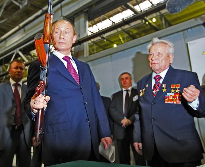 25 мая 2010 года. На Ижевском машиностроительном заводе с конструктором оружия Михаилом Калашниковым