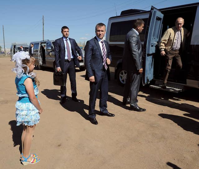 1 июля 2011 года. На встрече с девочкой Дашей Варфоломеевой, которая в 2008 году во время телемоста «Разговор с Владимиром Путиным» попросила «платье, как у Золушки»