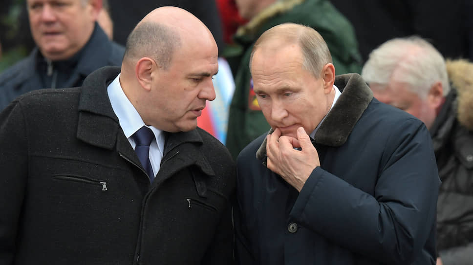 Премьер-министр Михаил Мишустин (слева) и президент Владимир Путин (справа)