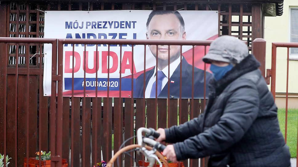 Несмотря на то что Польша уже начинает выкарабкиваться из эпидемии, голосование на выборах все равно пройдет по почте. Предположительно, они состоятся в июне